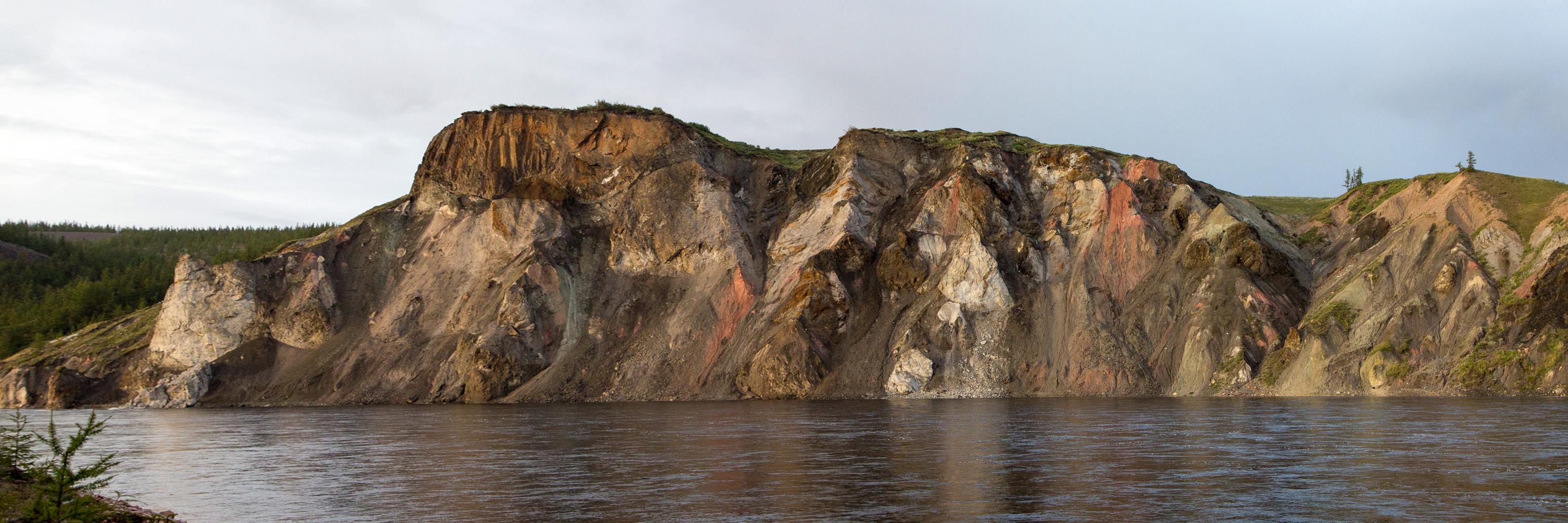 пестрые скалы